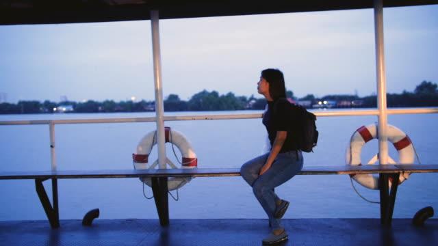 vídeos de stock e filmes b-roll de asian woman in thai taxi boat at bangkok, thailand - rio chao phraya