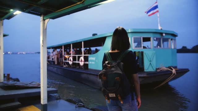 バンコク、タイでタイのタクシー ボートでアジアの女性 - チャオプラヤ川点の映像素材/bロール