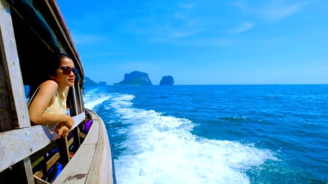 Asiatische Frau Thai Taxi Boot am Railay, Krabi, Thailand