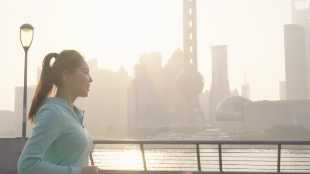 Aziatische vrouw joggen in stedelijke omgeving