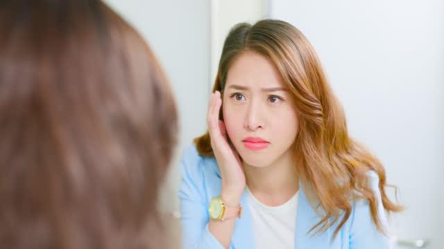 vidéos et rushes de regard asiatique de femme au miroir - sec