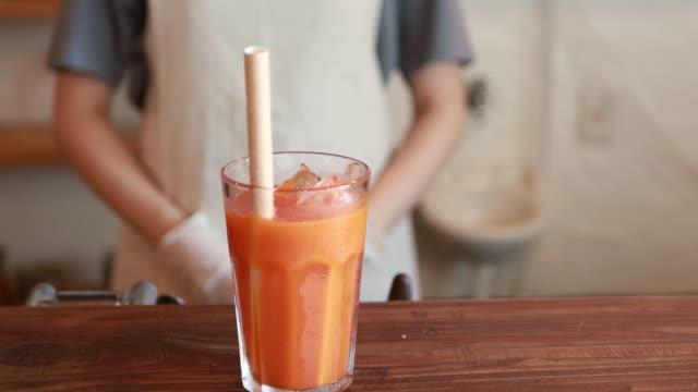 vídeos de stock e filmes b-roll de asian woman make a fresh juice at cafe - edifício de restauração