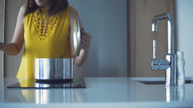 asiatische frau die suppe morgen. - cooker stock-videos und b-roll-filmmaterial