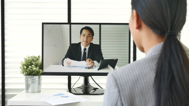 vídeos de stock, filmes e b-roll de reunião de mulher asiática na vídeo conferência com supervisor - câmera de conferência