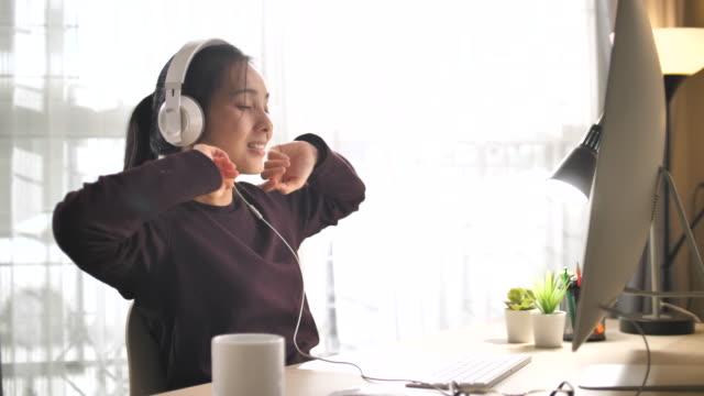 stockvideo's en b-roll-footage met aziatische vrouw online het leren thuis - e learning