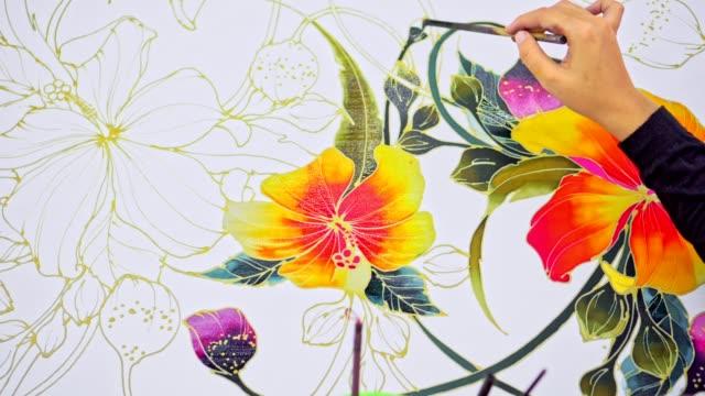 Asiatische Frau Malerei auf Seide in einem Batik-workshop