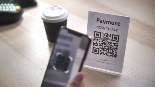 vídeos y material grabado en eventos de stock de mujer asiática pagando código qr de escaneo pago en la factura en casa - financial bill