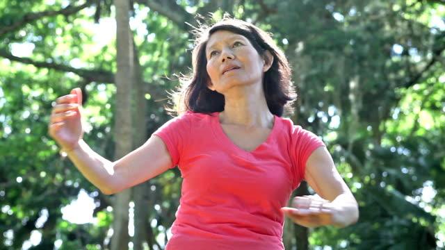 アジア女性太極拳 - アクティブシニア点の映像素材/bロール