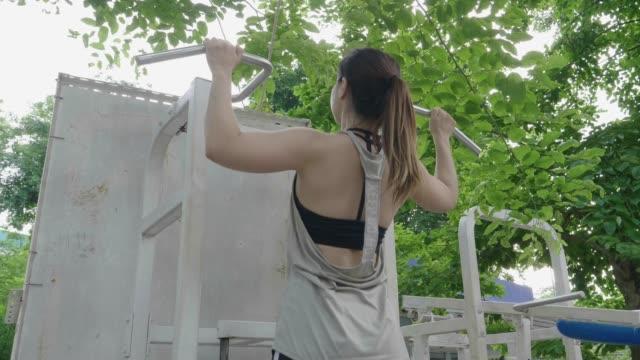 アジアの女性の重量機器を引っ張る - 人の背中点の映像素材/bロール