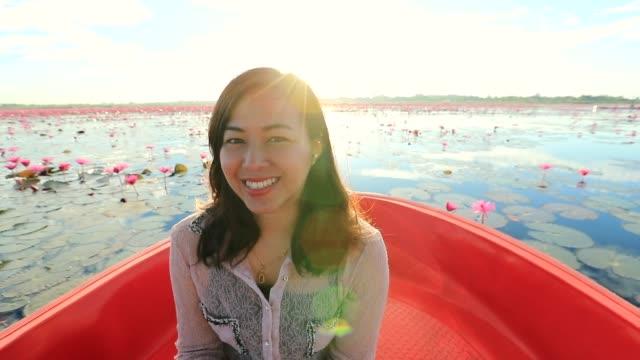 Aziatische vrouw ontspannen en kijken naar weergave het meer op de boot tour bij morning, Slowmotion, Concept vrouw solo Trave