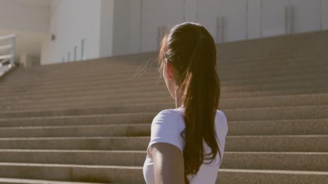 vídeos y material grabado en eventos de stock de asiática mujer corredores ejercicio matutino que está descansando cansado - corredora de footing