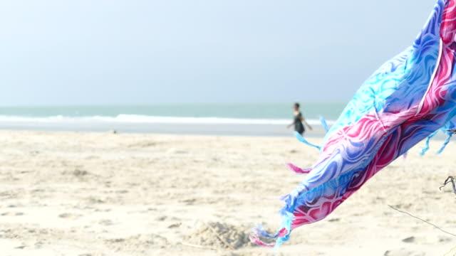 Aziatische vrouw draait op strand in zonnige dag