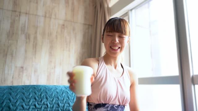 アジアの女性の揺れボトル - スポーツ用語点の映像素材/bロール