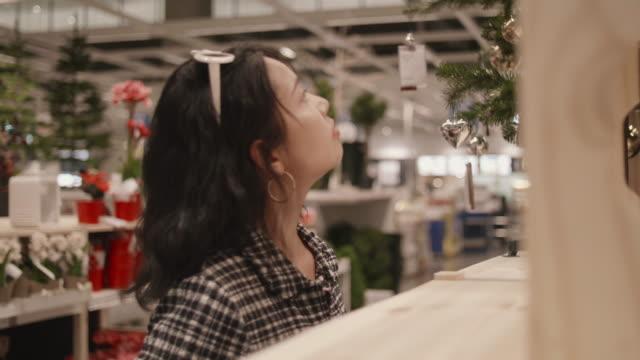 vidéos et rushes de femme asiatique shopping pendant les vacances de noël. - un seul objet