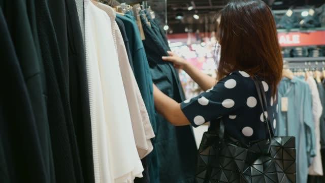 モールでのアジアの女性のショッピング。 - 小売り点の映像素材/bロール