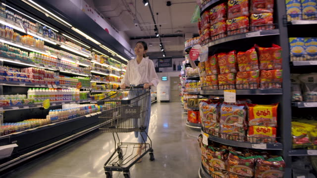 スーパーマーケットで買い物アジアの女性 - 冷凍食品点の映像素材/bロール