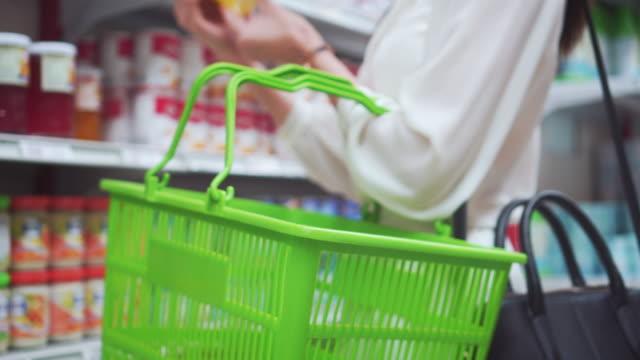 vídeos de stock e filmes b-roll de asian woman shopping in supermarket,close-up - etiqueta mensagem