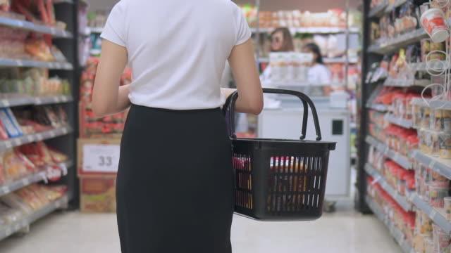 vídeos y material grabado en eventos de stock de mujer asiática compras en supermercado, cámara lenta - super slow motion