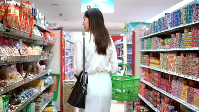 Asiatische Frau einkaufen im Supermarkt, Slow-motion