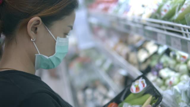 asian woman shopping withface maskp rotection from corona virus(covid-19) - patogeno video stock e b–roll