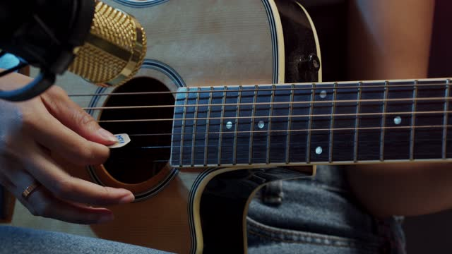 マイクで大声で音を鳴らすアジアの女性の歌を歌う - 人の背中点の映像素材/bロール