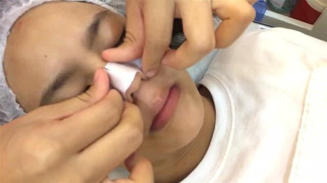vídeos y material grabado en eventos de stock de mujer asiática treatmet de la piel - limpiador facial