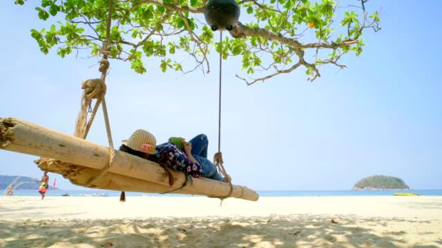 Femme asiatique dormant sur le balancement