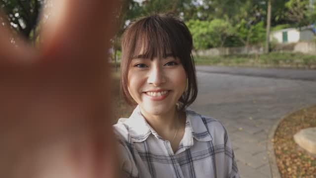 アジアの女性の笑顔は自分撮りを取る - 自分撮り点の映像素材/bロール