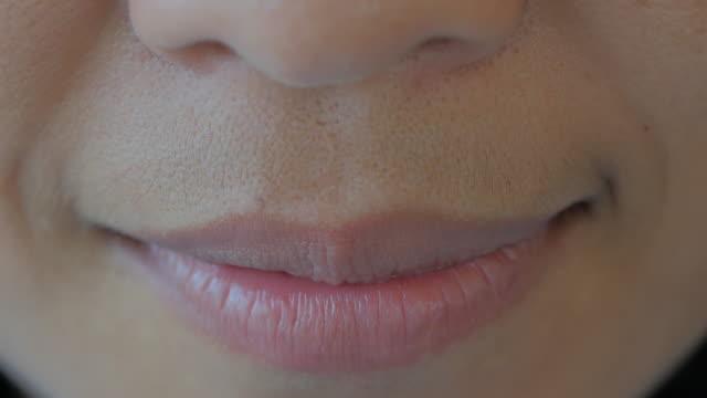 vídeos de stock, filmes e b-roll de mulher asiática sorrindo closeup - saúde dental