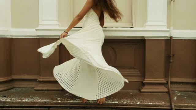 アジアの女性は、彼女のスカートをスピンします。 - ドレス点の映像素材/bロール