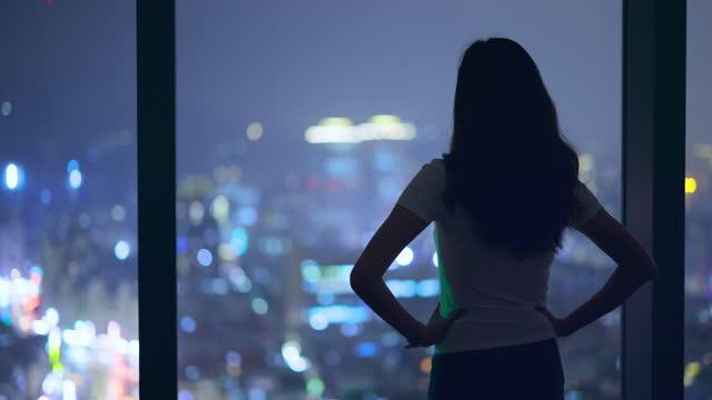 vídeos de stock, filmes e b-roll de mulher asiática ficar pela janela - ficar de pé