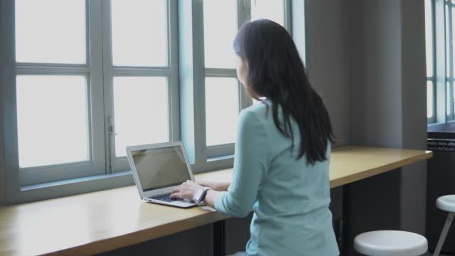 vidéos et rushes de étudiant asiatique de femme dans la bibliothèque - instrument de mesure du temps