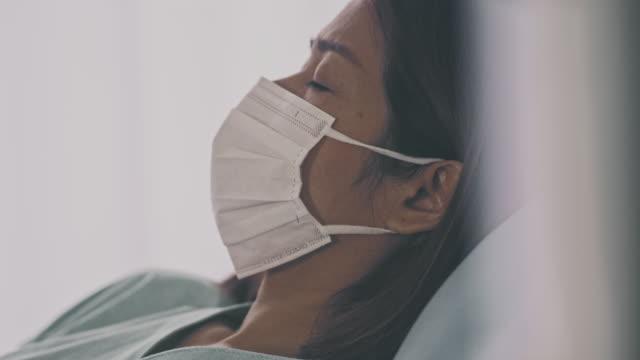 vídeos de stock, filmes e b-roll de mulher asiática sofrendo com a gripe - só uma mulher madura