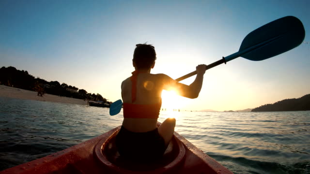 アジアの女性をリペ、サトゥーン、タイの夕暮れカヤックで泳ぐ - カヤック点の映像素材/bロール