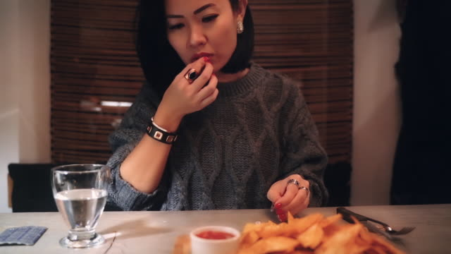 夕食前に胃炎のピルを飲んでいるアジアの女性 - 潰瘍点の映像素材/bロール
