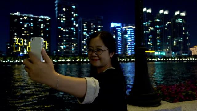 vídeos de stock e filmes b-roll de asian woman taking self portrait photography outdoors - barco de turismo