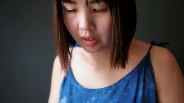 Asiatische Frau Texing auf Smartphone