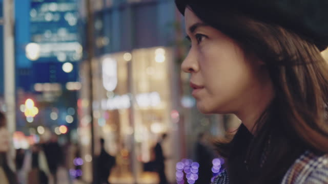 vídeos de stock e filmes b-roll de asian woman tourist using smartphone take a photo panorama of tokyo city at night. - vida noturna