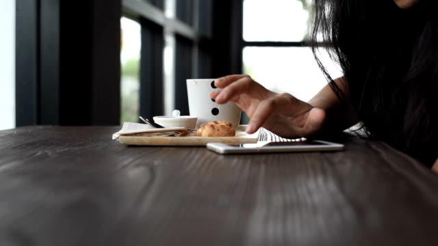 Aziatische vrouw chat in slimme telefoon te typen