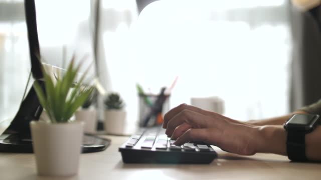 vidéos et rushes de femme asiatique tapant l'ordinateur pendant le cal de conférence - hot desking