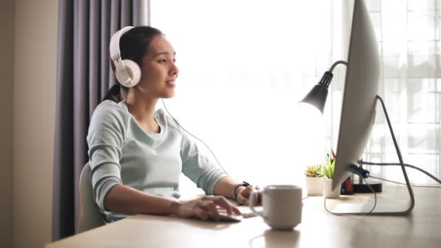 vídeos de stock, filmes e b-roll de mulher asiática usando computador em casa - trabalhadora de colarinho branco