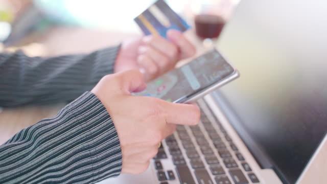 vídeos de stock e filmes b-roll de asian woman using credit card shopping online and laptop computer in office .online shopping concept - viciado em compras
