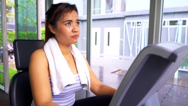 asiatische frau verwendung von trainingsgeräten - handgewicht stock-videos und b-roll-filmmaterial