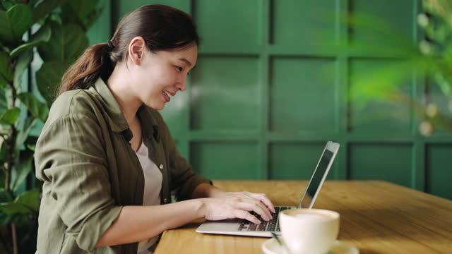 vídeos de stock, filmes e b-roll de mulher asiática usando laptop na cafeteria - trabalhadora de colarinho branco