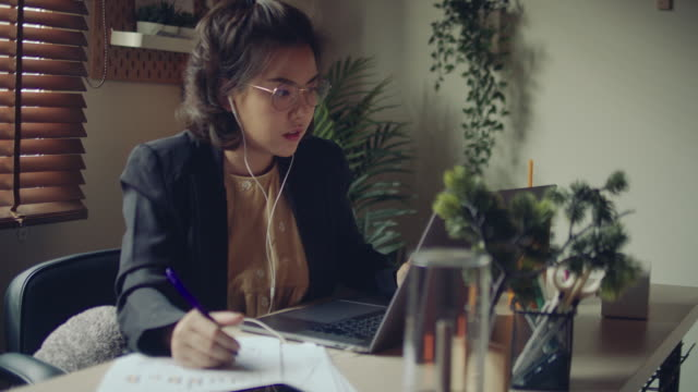 vídeos de stock e filmes b-roll de asian woman using laptop during conference call at home. - film leader