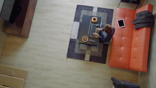 hd クレーン:アジア女性ノートパソコンを使うのリビングルーム - ソファ点の映像素材/bロール