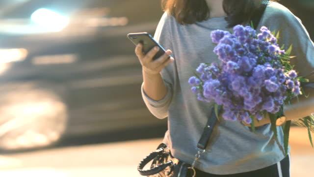 vídeos y material grabado en eventos de stock de asiática mujer con teléfono móvil en ciudad de la noche - enviar actividad