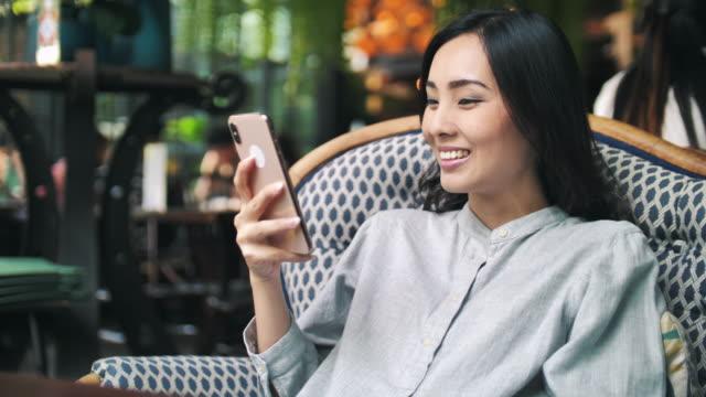 スマートフォンを使用してアジアの女性 - 操作する点の映像素材/bロール