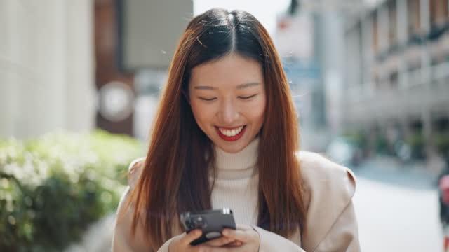 vídeos de stock, filmes e b-roll de mulher asiática usando telefone inteligente - usa