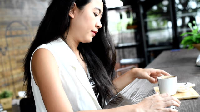 vídeos de stock e filmes b-roll de mulher asiática com telefone inteligente - hora de almoço